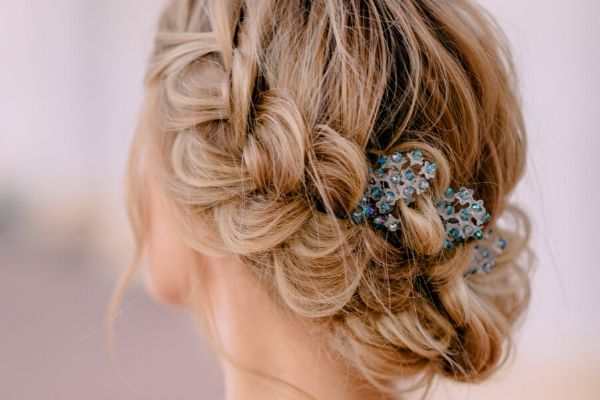 bridal hair accessory tips - Bride with blue haipiece
