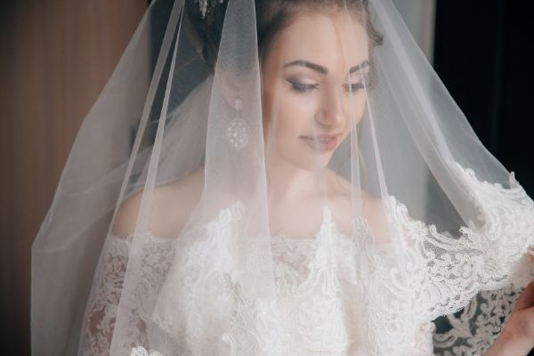 bridal hair accessory tips - Bride with veil on
